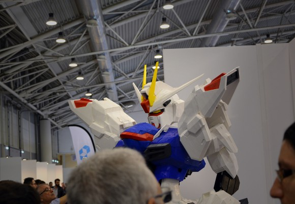 A 2 meters Gundam strikes the MakerFaire